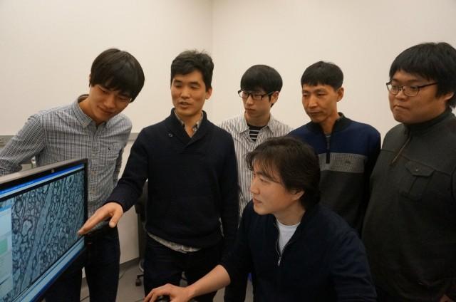 서배스찬 승 교수(왼쪽에서 두 번째)가 한국 아이와이어 온라인 프로모션 우승자들에게 신경세포에 대해 설명하고 있다. - 뉴저지=이우상 기자 idol@donga.com 제공